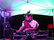 Le DJ Nick tourne sur l'étape dans l'équipement romain à l'événement de Hallowbaloo Photo stock