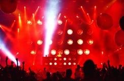 Le DJ a perdu le mélange de fréquences vivant sur l'étape images stock