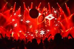Le DJ a perdu le mélange de fréquences vivant sur l'étape photos libres de droits
