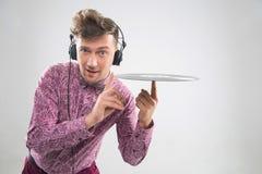 Le DJ posant avec le disque vinyle Photos libres de droits