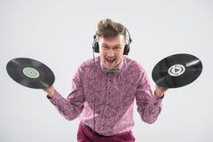 Le DJ posant avec le disque vinyle Photo stock