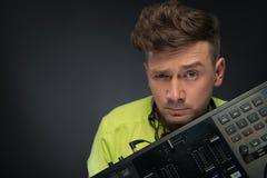 Le DJ posant avec le mélangeur Photos stock