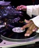 Le DJ rayant sur des plaques tournantes Images stock