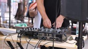 Le DJ remettent la musique de danse de mélange avec le mélangeur extérieur en mai à Vilnius Jour de musique de rue HD banque de vidéos