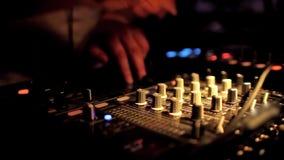 Le DJ se mélangeant à la boîte de nuit clips vidéos