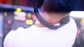 Le DJ se mélangeant à la boîte de nuit banque de vidéos