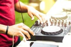 Le DJ se mélangeant, disc-jockey jouant l'audio de mélangeur de musique extérieur photographie stock libre de droits