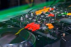 Le DJ se tiennent Photographie stock