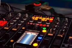 Le DJ se tiennent Photographie stock libre de droits