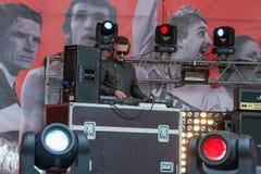 Le DJ sur l'étape pendant Photographie stock
