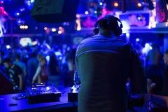 Le DJ tourne les disques au club Photo stock