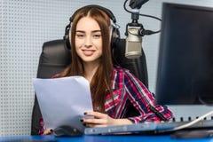 Le DJ travaillant à la radio Images stock