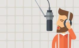 Le DJ travaillant dans une station de radio Images stock