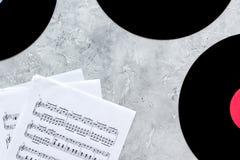Le DJ travaillent l'ensemble avec des notes et des disques de vynil sur la vue supérieure de fond en pierre Photo libre de droits