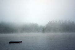Le dock disparaît dans le brouillard photographie stock libre de droits
