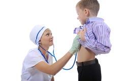 Le docteur écoute le patient. Images libres de droits