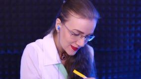 Le docteur écrit sur le papier par le stylo banque de vidéos