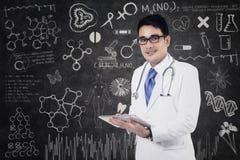 Le docteur écrit une note Images libres de droits