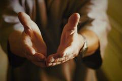 Le docteur étire ses bras en avant Photo libre de droits