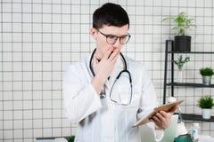 Le docteur a étonné, choqué des notes sur le comprimé photos libres de droits