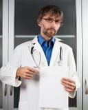 Le docteur affiche la page du papier blanche Photos libres de droits