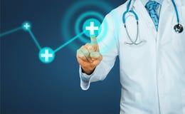 Le docteur appuie sur le bouton en réalité augmentée Technologie moderne dans le concept de soins de santé et de médecine image libre de droits