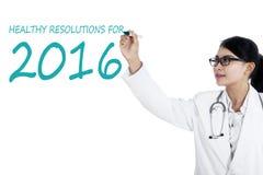 Le docteur asiatique fait des résolutions saines Images stock