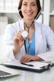 Le docteur avec un stéthoscope dans les mains, se ferment  Médecin prêt à examiner et aider le patient Médecine, soins de santé e image stock