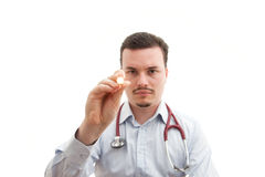 Le docteur contrôle des pupilles avec la torche images libres de droits