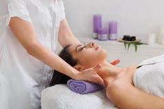 Le docteur d'esthéticien de femme font le massage de cou au centre de bien-être de station thermale images stock