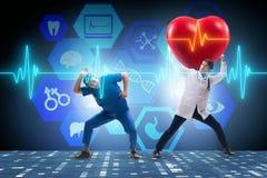 Le docteur d'homme dans le concept de télémédecine de cardiologie photo stock