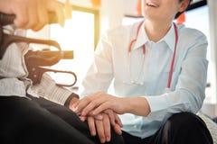Le docteur d'homme rassure son patient masculin supérieur Photos stock