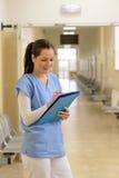 Le docteur dans l'hôpital écrit dans le dossier images libres de droits