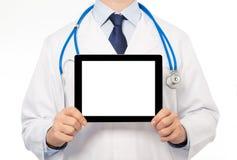 Le docteur dans un manteau blanc avec un stéthoscope tenant l'esprit de comprimé Photographie stock libre de droits