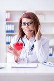 Le docteur de coeur dans le concept médical de télémédecine Photographie stock libre de droits