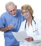 Le docteur de femme avec le médecin mâle frotte dedans Image libre de droits