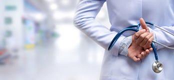 Le docteur de femme a croisé le bras et tenir le dos de stéthoscope derrière image libre de droits