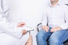 Le docteur de fille le nutritionniste fait un exemple du menu d'un homme avec le surpoids pour la nutrition appropriée et saine, image libre de droits