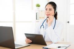 Le docteur de service en ligne fournissent l'information médicale Photo libre de droits