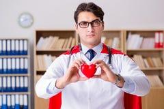 Le docteur de super héros travaillant dans l'hôpital de laboratoire Photo libre de droits