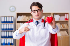 Le docteur de super héros travaillant dans l'hôpital de laboratoire Photographie stock libre de droits