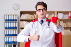 Le docteur de super héros travaillant dans l'hôpital de laboratoire Photo stock