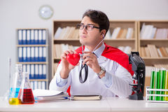 Le docteur de super héros travaillant dans l'hôpital de laboratoire Photographie stock