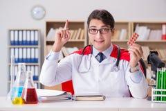 Le docteur de super héros travaillant dans l'hôpital de laboratoire Image libre de droits