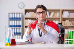 Le docteur de super héros travaillant dans l'hôpital de laboratoire Images stock