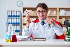 Le docteur de super héros travaillant dans le laboratoire d'hôpital Image stock