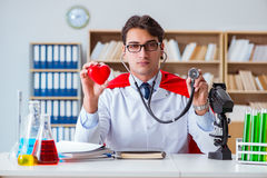 Le docteur de super héros travaillant dans le laboratoire d'hôpital Photos stock