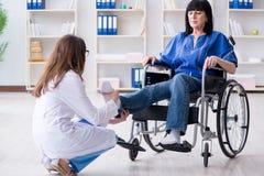 Le docteur de visite de femme supérieure pour le contrôle régulier photos stock
