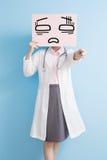 Le docteur de Woamn prennent le panneau d'affichage fatigué Photographie stock