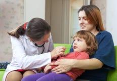 Le docteur des enfants examinant 2 ans de chéri Photo stock